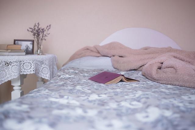 deka a kniha na posteli.jpg