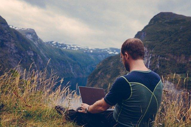 muž s pc v horách