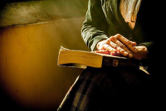 ruce na knize
