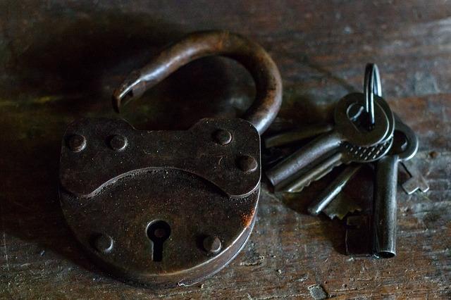 klíče u zámku