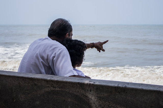 dědeček a vnučka u moře