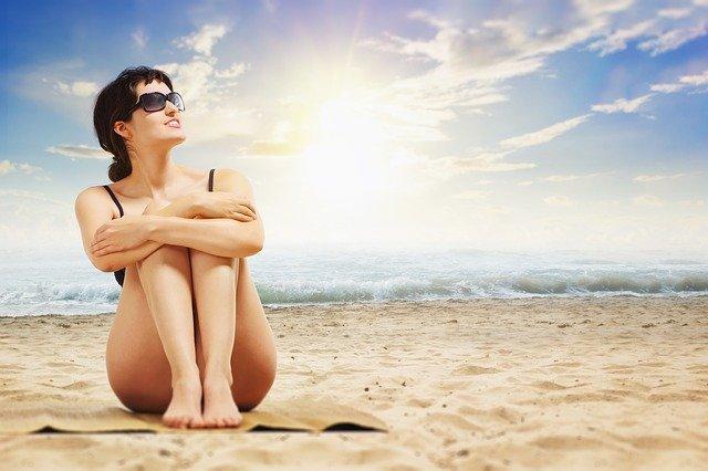 bruneta na pláži