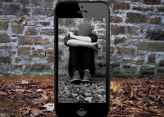 kluk za mobilem