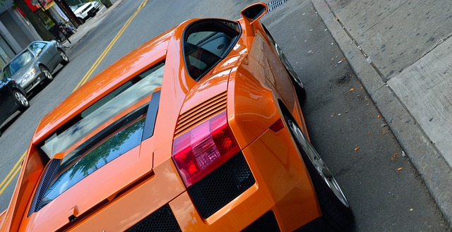zaparkované oranžové Lamborghini